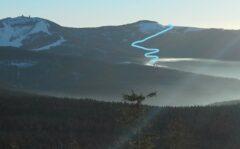 Blick vom Zwercheck auf Großen und Kleinen Arber. Die hellblaue Linie zeichnet den Weg nach, wie wir von der Mooshütte (im Nebel) um den Kleinen Arber zur Auerhahnloipe gehen.