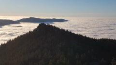 Blick vom Gipfel des Grossen auf den Kleinen Osser und das Wolkenmeer über dem Lamer Winkel; hinten Mühlriegel, Ecker Sattel, Kaitersberg