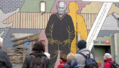 Ein Dichterdenkmal wie es sein sollte: geformt von Witz und ehrfürchtiger Ironie: Bohumil Hrabal sieht auf seinen geliebten Stadtteil Libenes