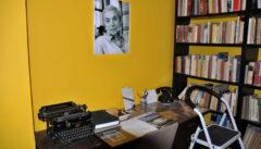 Der Besuch im Literaturhaus informiert über die Prager Literatur. An der Wand wacht Lenka Reinerová über die von ihr gegründete Insitution