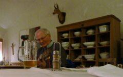 Ein Abend mit Hausmusik: Alois spielt Gitarre am Einödhof Waldeck