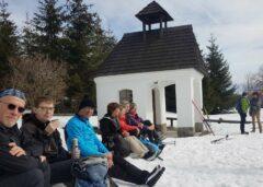 Pause bei der Erinnerungskapelle im ehemaligen Dorf Zhůří (Haidl am Ahornberg)
