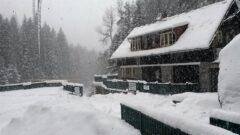 An der Vydra: Verschneite Thurnerhütte