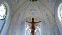 Das Altarkreuz schwebt regelrecht vor dem magischen Blau des Chors