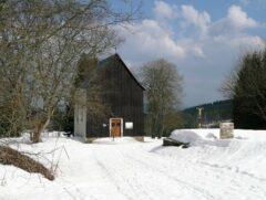 Vom ehemaligen Hurkenthal (Hůrka) steht nur noch die (ausgeraubte, 2001 renovierte) Familiengruft der Hüttenbesitzer Abele (Rechts Grundmauern der Kirche)