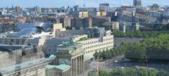 Blick vom Reichtagsgebäuder auf Brandenburger Tor und Holocaust-Mahnmal (weißer Radarturm am Tempelhofer Feld)