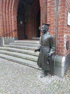 Der-Hauptmann vonKöpenick vor dem Rathaus