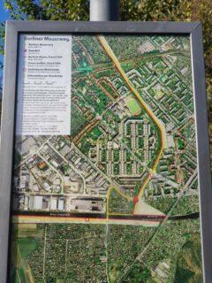 Erklärungstafel zur Mauer(weg)-Route (hier Sonnenallee - Neukölln)