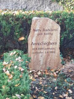 Grab von Anna Seghers am Dorotheenstädtischen Friedhof