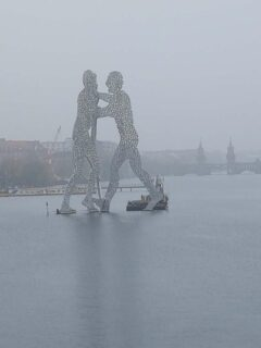Molecule-Man in der Spree - im Hintergrund die Oberbaumbrücke