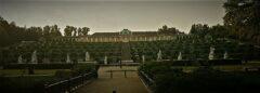 Blick über Statuen, Brunnen und Weinbergterrassen auf Schloss Sanssouci