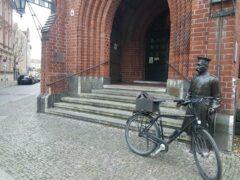 Der Hauptmann steht vor dem Rathaus Köpenick