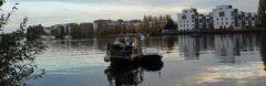 Ein Hausboot und hunderte hochpreisige Townhouses-Wohnungen in der Rummelsburger Bucht