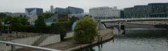 Überall Nachwende-Neubauten an Spree und ehemaliger Mauer: vom Regierungsviertel (vorne blau: Kita des Bundestages) bis zum Hautbahnhof