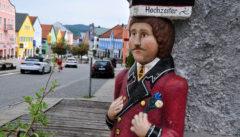 Der Hochzeiter. Die alten und neuen Steinfiguren sind ein reizvolles Kennzeichen von Waldkirchen