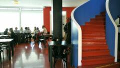 Rot-Weiß-Blau: Die tschechischen Nationalfarben im Bauhaus-Cafe ERA