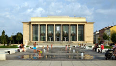Neugestaltung der Platzes vor dem eleganten Janacek-Theater. Lebensfreude für alle.