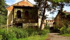 Das Tor der alten Löw-Beer-Fabrik in Svitavka