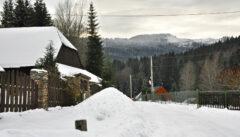 Der alte Fenzlhof birgt viele Böhmerwald-Geschichten. Im Hintergrund ragt der Osser ins Bild