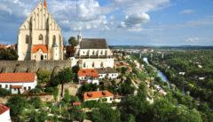 Die Weinstadt Znajm. Markant die Nikolauskirche über der Thaya