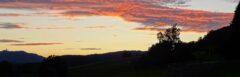 Abendblick von der Terasse unseres Hotels Sonnbichl über die Wiesen auf den Hohen Bogen (links)