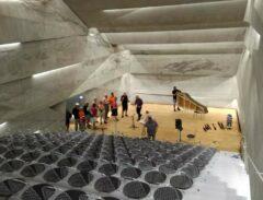 Der Konzertsaal, die Tribühne (199 Stühle) ist der Boden der Meteoritenschachtel