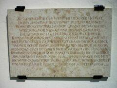 Eine Dankestafel zu einer bizarren Geschichte hängt an der Klostermauer in Neukirchen b. Hl. Blut