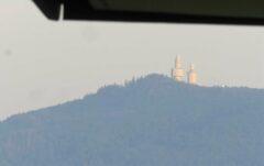 Herangezoomt vom Hotel-Balkon: Die ehemaligen Militärtürme am Hohen Bogen