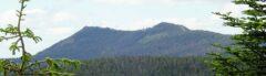 """Kleiner und Grosser Osser (tschechisch """"Ostrý""""; dort wird der zweigipfelige Berg liebevoll auch """"Prsa matky boží - Brüste der Mutter Gottes"""" genannt)"""