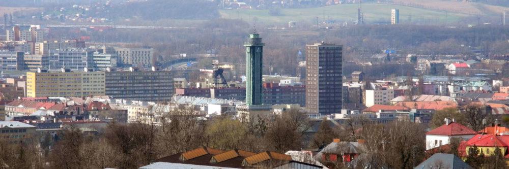 Opava. Das Zentrum mit dem eigenwilligen Rathausturm aus den 30er Jahren