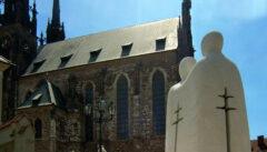 Östliches und westliches Christentum vereint auf dem Domhügel. Der Dom und das Denkmal für die Apostel Cyril und Method