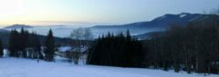 Von der Mooshüttenwiese: Blick über unser Quartier in den Lamer Winkel, rechts Osser, links Hoher Bogen