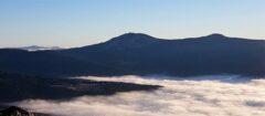Blick vom Osser auf das Nebelmeer über Lohberg, die beiden Arbergipfel und - links hinten - die Rachel-Gipfel