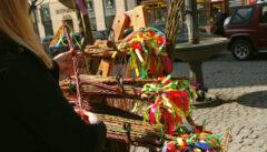 Die Brünner Frau sucht sich selbst die Osterpeitsche aus