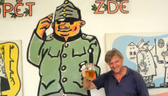 Reiseleiter Arthur Schnabl simuliert Alkoholismus