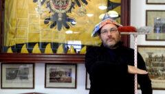 Reiseleiter und Švejk-Kenner Jiří Franc simuliert Habsburg-Treue