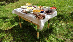 Mittagstisch in Malmkrog. Lauter Siebenbürger Köstlichkeiten