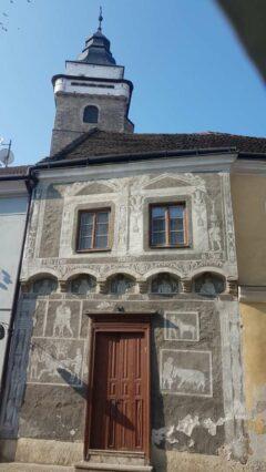Slavonice - Blick aus dem Hotelfenster auf Kirchturm und Sgraffito-Fassade