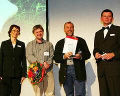 CMT Stuttgart, 18.1.2004: Die Sonntag-Aktuell-Redaktion (Claudia List und rechts: Andreas Steidel) überreichen an Arthur Schnabl und Erwin Aschenbrenner den Touristikpreis 2004