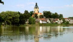 Das Dorf Putim liegt wie eine kleine Wasserfestung zwischen Fluss und Teich