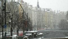 Der Moldaukai: Im Schneetreiben wirkt die Häuserfront wie ein Pastell