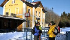 Bequemer gehts nicht: Direkt vor unserer Haustür wartet der Bahnhof von Zelená Lhota auf uns