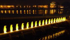 """Die populärste Reisegruppe von Prag: die Pinguine der italienischen Künstlergruppe """"Cracking Artgroup"""""""