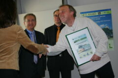 ITB, Berlin, 14.3.2005: Eva Haas von Ecotrans, Eugenio Yunis von World Tourism Organisation (WTO) und Robert Thaler vom österreichischen Umwelt-Bundesministerium gratulieren Erwin Aschenbrenner zum Gewinn des Sonderpreises Nets Award.
