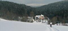 2 km oberhalb unseres Hotels geht - in guten Wintern - eine Traumloipe in Richtung der Jugendstil-Villa Lambach und Osser